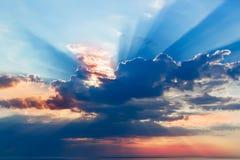 Härlig solnedgång, ljusa majestätiska moln royaltyfria foton