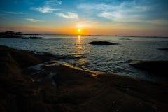 Härlig solnedgång med aura på stranden Royaltyfri Bild