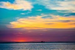 Härlig solnedgång med aura på stranden Arkivfoto