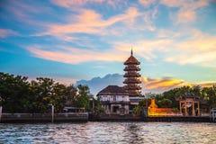 Härlig solnedgång med den åttahörniga paviljongen i kinesisk stil för traditionellt byggande arkivfoton