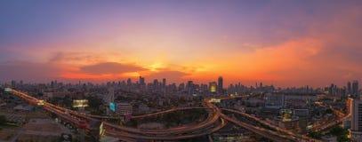 Härlig solnedgång med den huvudvägtrafikbangkok staden Arkivbild