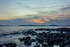 Härlig solnedgång med den mjuka vågen Arkivbild