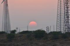 Härlig solnedgång med den moderna väderkvarnen i thar ökenjaisalmer Rajasthan Indien Fotografering för Bildbyråer
