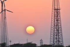 Härlig solnedgång med den moderna väderkvarnen i thar ökenjaisalmer Rajasthan Indien Royaltyfria Foton