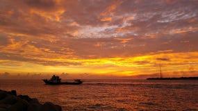 Härlig solnedgång med en snabb motorbåt och en del av villingiliön Royaltyfri Fotografi