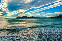 Härlig solnedgång med havet Arkivfoto