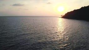 Härlig solnedgång med konturn av en ö och ett fartyg i Otres, Cambodja lager videofilmer