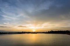 Härlig solnedgång med krusningsvågen i sjön Royaltyfria Foton