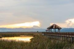 Härlig solnedgång med paviljongen i Sam Roi Yot National Park, Pra royaltyfria foton