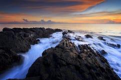 Härlig solnedgång med rörelsevatten Royaltyfri Foto