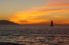 Härlig solnedgång med segelbåten Royaltyfria Bilder