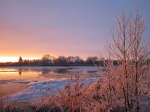 Härlig solnedgång nära floden Royaltyfri Fotografi