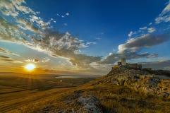 Härlig solnedgång nära forntida fästning Royaltyfri Bild