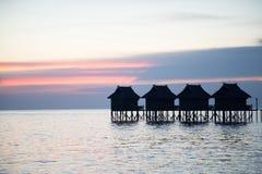 Härlig solnedgång och bungalow Arkivfoto