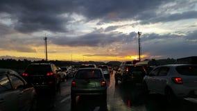Härlig solnedgång och en väg med trafik arkivfoton