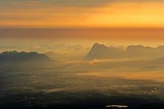 Härlig solnedgång och härligt berg Arkivfoto