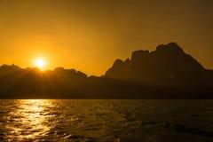 Härlig solnedgång och hav Berg och hav öhav och sunri Arkivfoton