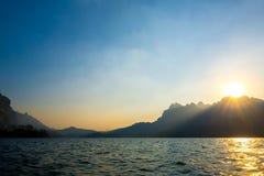Härlig solnedgång och hav Berg och hav Arkivbilder