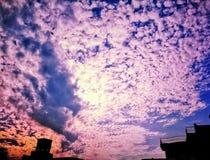 Härlig solnedgång och romantiska moln royaltyfria bilder
