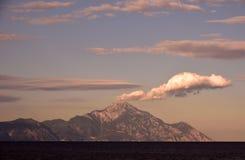 Härlig solnedgång ovanför berget royaltyfri foto