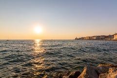 Härlig solnedgång ovanför den Piran staden, Slovenien Magiskt solljus mjukt ljus ovanför för den Adriatiskt hav- och Piran kusten royaltyfri fotografi
