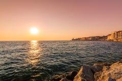 Härlig solnedgång ovanför den Piran staden, Slovenien Magiskt solljus mjukt ljus ovanför för den Adriatiskt hav- och Piran kusten arkivbild