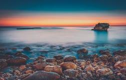 Härlig solnedgång ovanför havet Arkivfoto