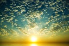 Härlig solnedgång ovanför havet. fotografering för bildbyråer