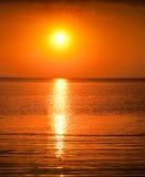 Härlig solnedgång ovanför havet Royaltyfri Bild