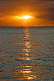 Härlig solnedgång ovanför havet på Hawaii Royaltyfri Bild