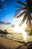 Härlig solnedgång ovanför havet på Koh Phangan Royaltyfria Bilder