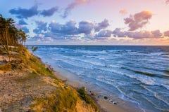 Härlig solnedgång på Östersjön med färgrik molnig himmel som är guld- Fotografering för Bildbyråer