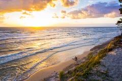 Härlig solnedgång på Östersjön med färgrik molnig himmel som är guld- Royaltyfria Bilder