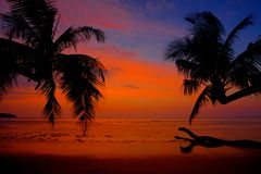 Härlig solnedgång på bakgrunden av öarna med palmträdet Fotografering för Bildbyråer