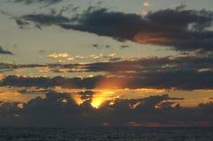 Härlig solnedgång på Blacket Sea Arkivbilder