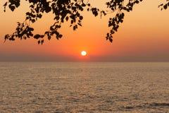 Härlig solnedgång på Blacket Sea i Sochi, Ryssland Royaltyfria Bilder