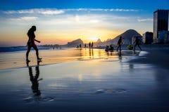 Härlig solnedgång på den Copacabana stranden med konturer av folk, Rio de Janeiro, Brasilien fotografering för bildbyråer