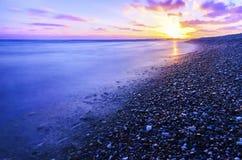 Härlig solnedgång på den medelhavs- stranden Royaltyfria Bilder