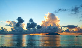Härlig solnedgång på den Seychellerna stranden Arkivfoton