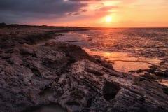 Härlig solnedgång på den steniga kustlinjen Royaltyfria Foton