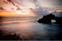 Härlig solnedgång på den Tanah lotten arkivfoto