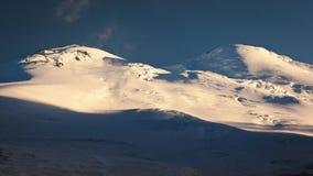 Härlig solnedgång på det Elbrus berget Arkivfoton