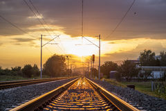 Härlig solnedgång på det railwy Royaltyfria Bilder