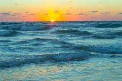 Härlig solnedgång på det stormiga havet Fotografering för Bildbyråer