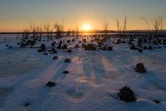 Härlig solnedgång på en djupfryst sjö Arkivfoton