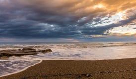 Härlig solnedgång på en sandig strand med tidvatten som ut går corfu greece Fotografering för Bildbyråer