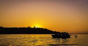Härlig solnedgång på en sjö Arkivbild
