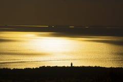 Härlig solnedgång på en sjösida Arkivbild