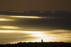 Härlig solnedgång på en sjösida Royaltyfri Fotografi