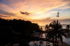 Härlig solnedgång på en strandsemesterort Arkivbild